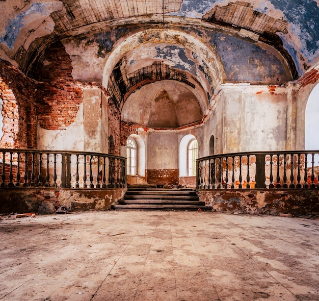 Binnenkant van de oude verlaten kerk in letland, galgauska