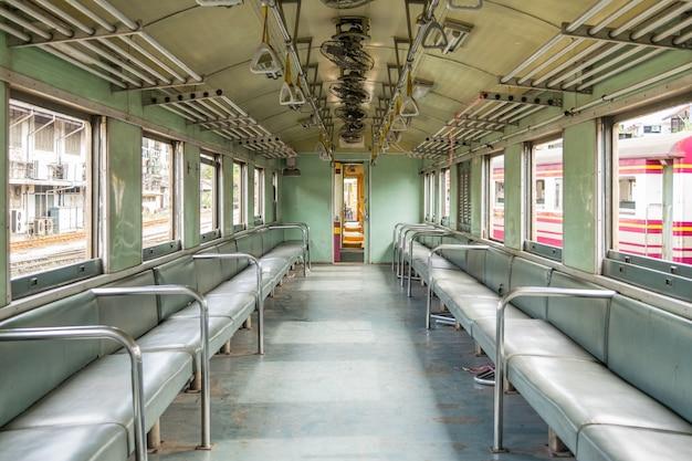 Binnenkant van spoorwegtrein met zetels uitstekende stijl