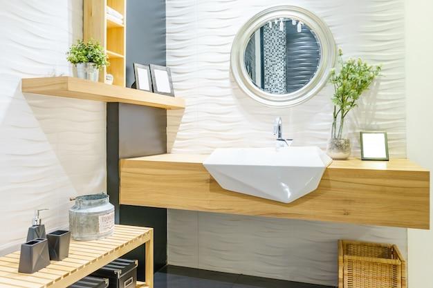 Binnenland van badkamers met de kraan van het gootsteenbassin en spiegel. modern design van de badkamer
