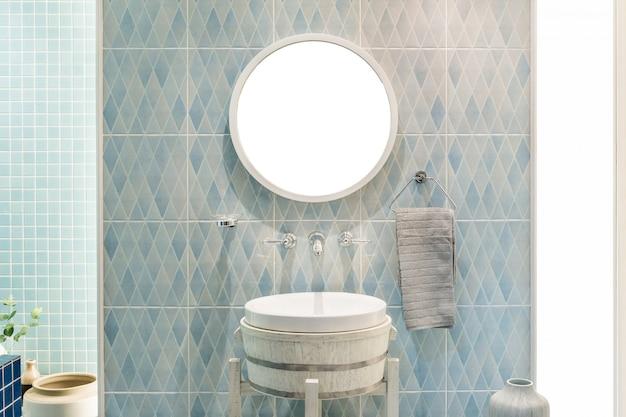 Binnenland van badkamers met de kraan van het gootsteenbassin en spiegel. modern design van de badkamer.