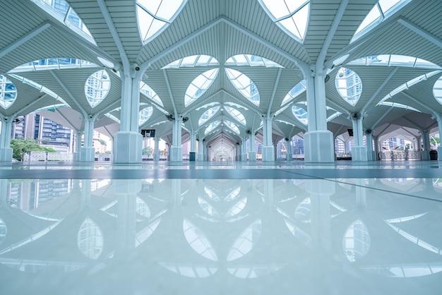 Binnenland van de as-syakirin-moskee, beroemd oriëntatiepunt in kuala lumpur, maleisië.