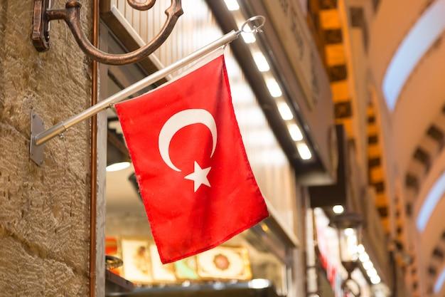 Binnenland van de grote bazaar met turkse vlag in istanboel, turkije.