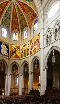 Binnenland van de kathedraal van almudena