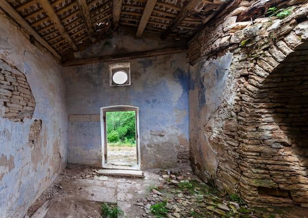 Binnenland van de kerk van st. peter op de piek in bale, valle istria, kroatië Premium Foto