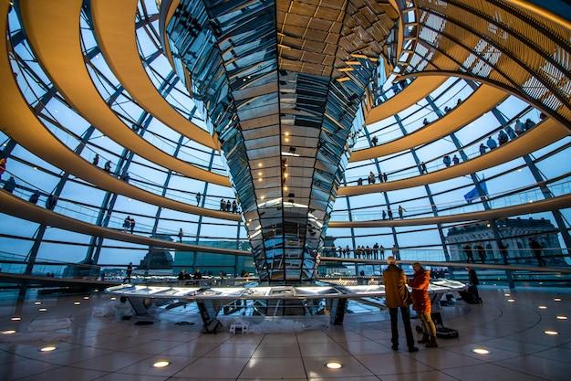 Binnenland van de koepel bovenop het duitse parlement in berlijn, duitsland.