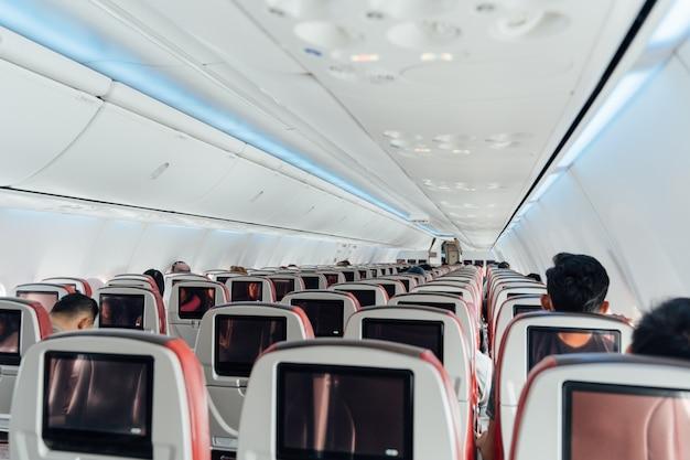 Binnenland van een commercieel vliegtuig met weinig mensen die binnen zitten