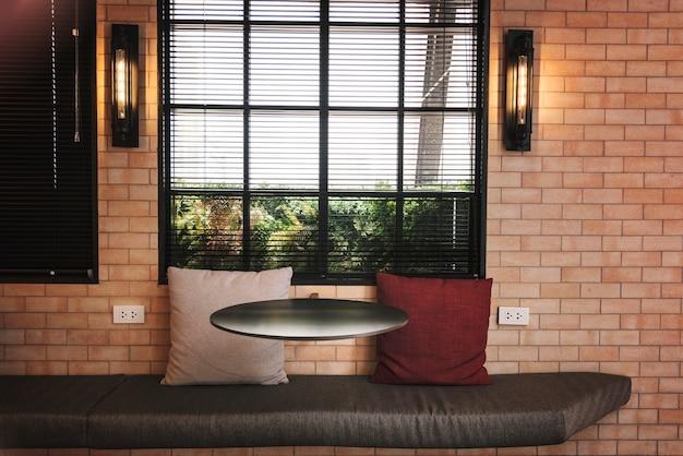 Binnenland van een koffie met bakstenen muren