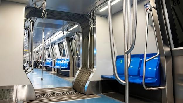 Binnenland van een metro met lege zetels in boekarest, roemenië