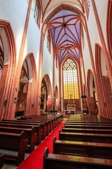 Binnenland van een middeleeuwse katholieke kathedraal. wroclaw, polen