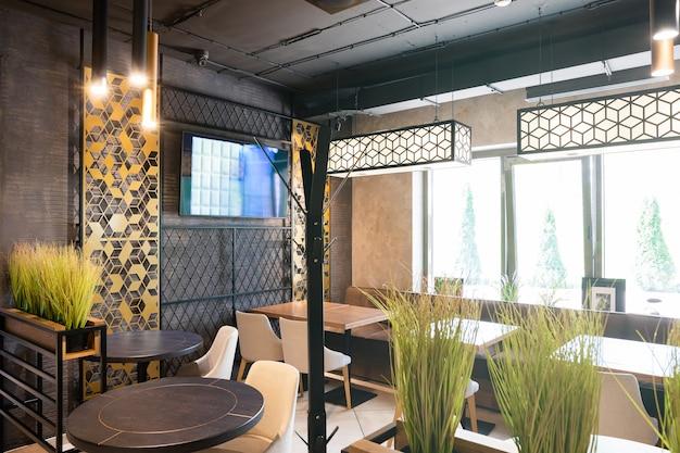 Binnenland van een modern stedelijk restaurant in het ochtendzonlicht