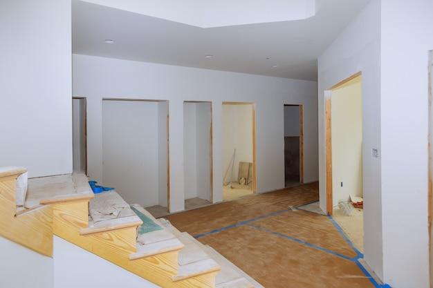 Binnenland van een nieuw huis onder architecturaal woonbouwhuis