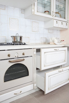 Binnenland van kleine witte keuken