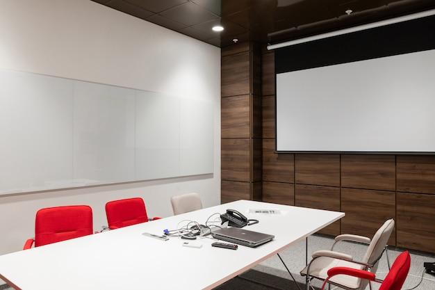 Binnenland van lege moderne raadsruimte op creatief kantoor