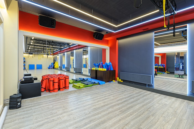 Binnenland van moderne gymnastiek met sportuitrusting