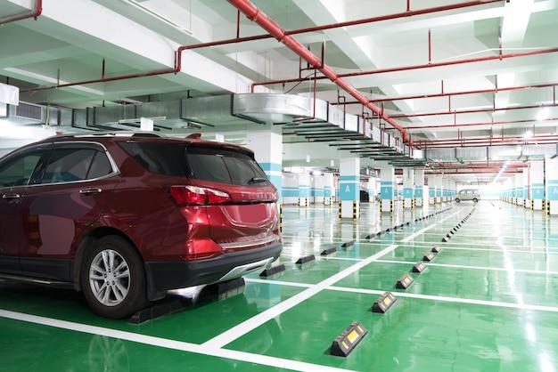 Binnenland van parkeergarage met auto en leeg parkeerterrein in het parkerengebouw