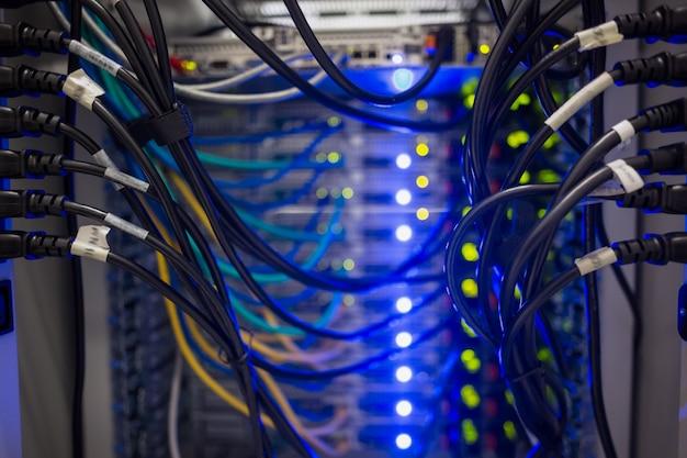 Binnenland van server met dradenblauw
