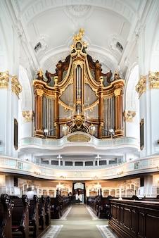 Binnenland van st. michaelis-kerk in hamburg, duitsland