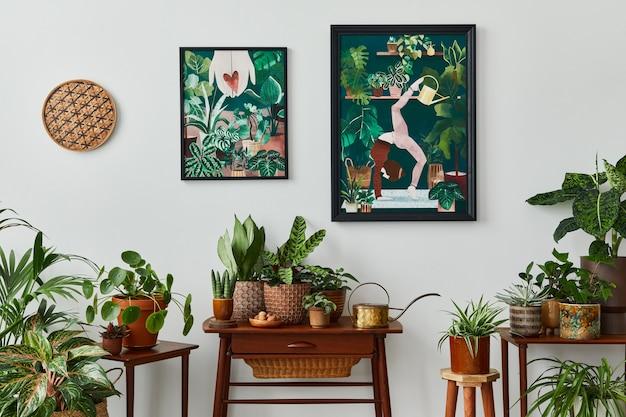 Binnenlands interieur van woonkamer met vintage retro plank, veel kamerplanten, cactussen, houten frame op de witte muur en elegante accessoires in stijlvolle huistuin..