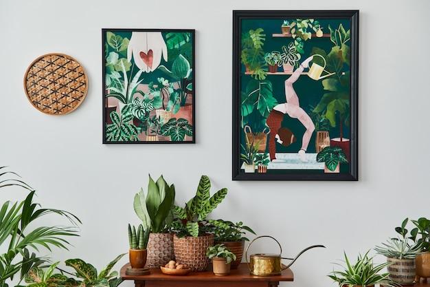 Binnenlands interieur van woonkamer met vintage retro plank, veel kamerplanten, cactussen, houten mock-up posterframe op de witte muur en elegante accessoires in stijlvolle huistuin. sjabloon.