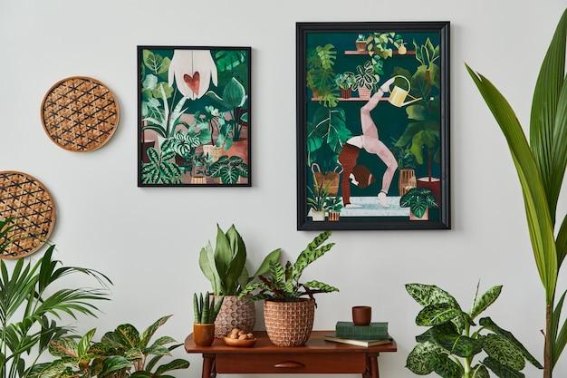 Binnenlands interieur van woonkamer met vintage retro plank, veel kamerplanten, cactussen, houten mock-up posterframe op de witte muur en elegante accessoires in stijlvolle huistuin