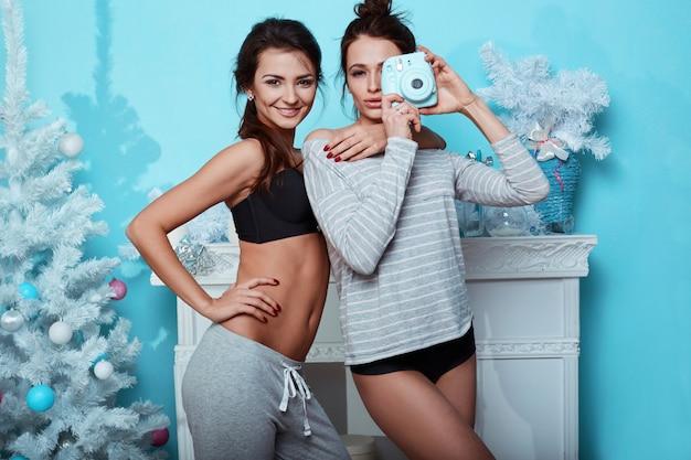 Binnenlands levensstijlportret van twee beste vrienden hipster gekke meisjes