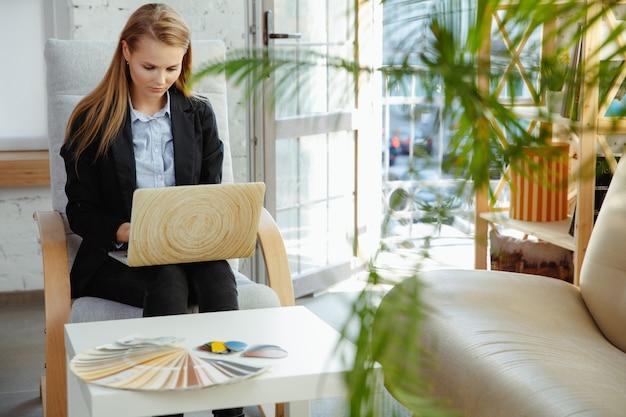 Binnenlands ontwerper die in modern bureau werkt