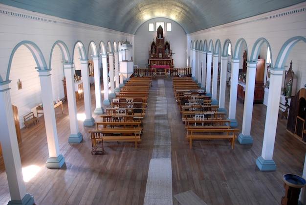 Binnenlands schot van een lege kerk