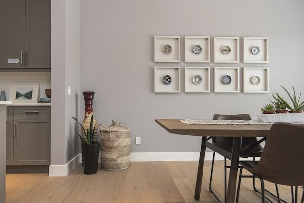 Binnenlands schot van een moderne huiseetkamer met kunst op de muur