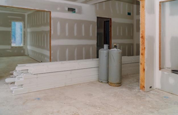 Binnenlandse bouw van woningbouwproject met gipsplaten geïnstalleerde deur voor een nieuw huis alvorens te installeren
