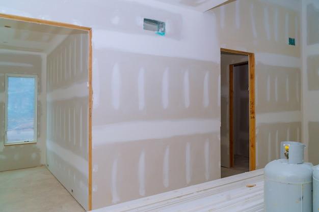 Binnenlandse bouw van woningbouwproject met gipsplaten geïnstalleerde deur voor een nieuw huis