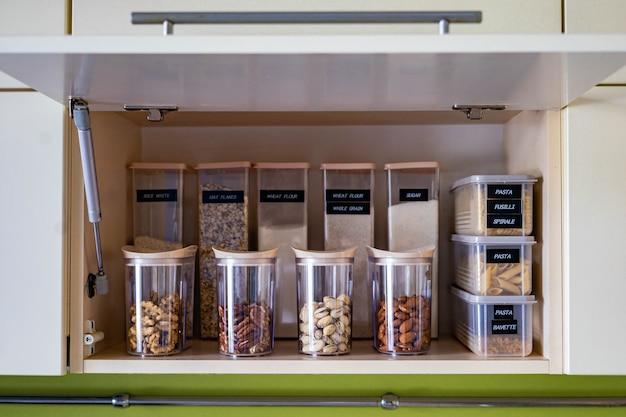 Binnenlandse gezonde vegetarische opslagorganisatie voor droog voedsel op plank in keukenkast