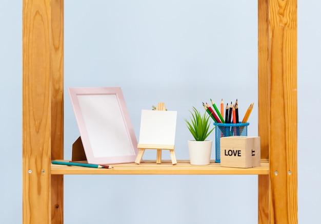 Binnenlandse houten plank met kantoorbehoeften dichte omhooggaand