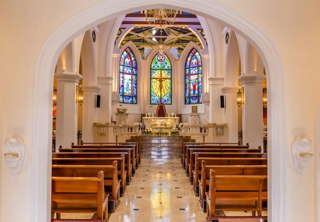 Binnenlandse mening van mooie kleurrijke kerk met lege banken