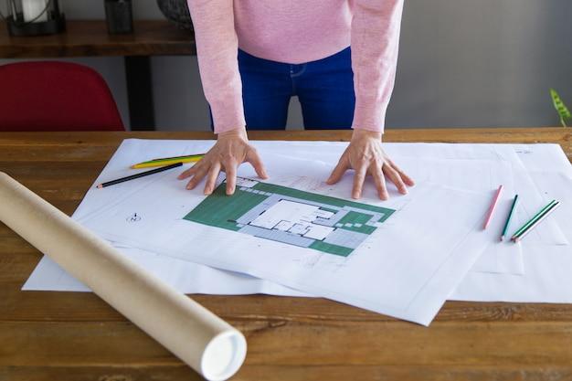 Binnenlandse ontwerper die blauwdruk bestuderen
