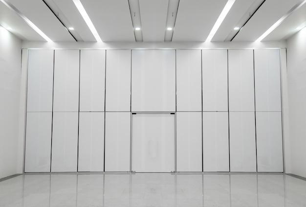 Binnenlandse zaal met lege muur