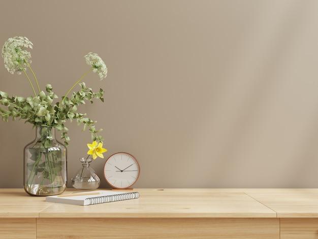 Binnenmuurmodel met bloemenvaas, donkerbruine muur en houten plank. 3d-rendering
