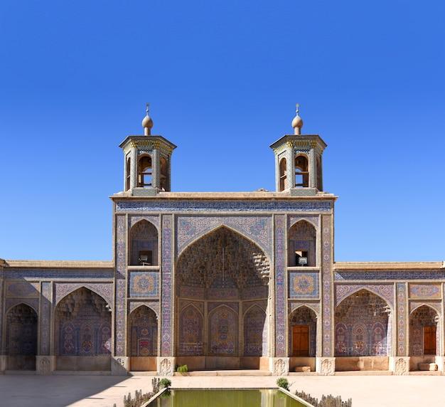 Binnenplaats en gevel van de nasir ol-molk-moskee in shiraz.