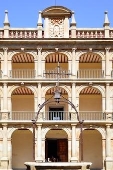 Binnenplaats van de universiteit van alcala (oorspronkelijk opgericht in 1293), spanje