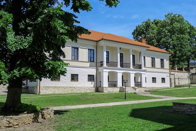 Binnenplaats van het klooster in een park