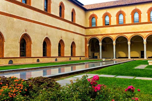 Binnenplaats van kasteel sforzesco, milaan,