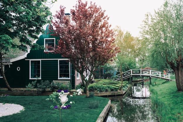 Binnenplaats van landelijke woningbouw met gras en bomen