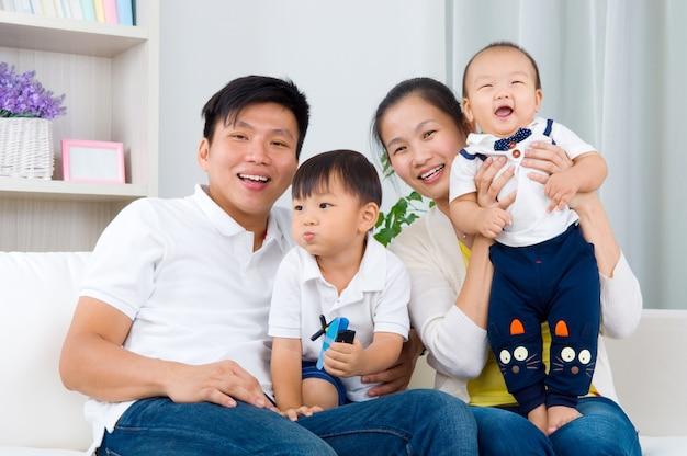 Binnenportret van aziatische familie