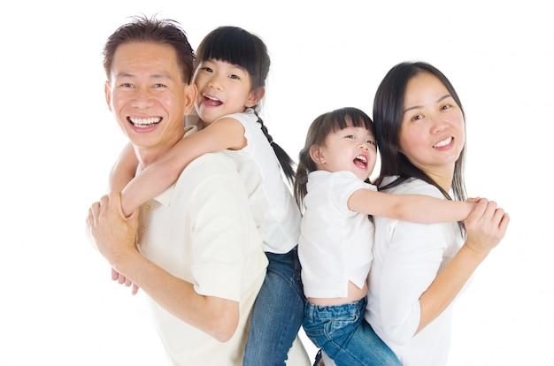 Binnenportret van mooie aziatische familie