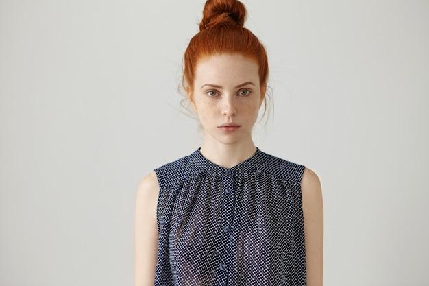 Binnenportret van schitterend mooi jong vrouwelijk model met perfect gezonde sproetenhuid