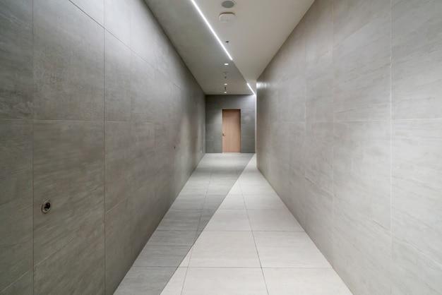 Binnenruimte en lege vloertegels
