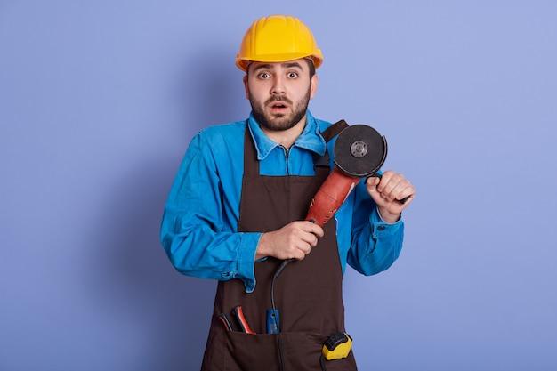 Binnenschot van mannelijke bouwer of handarbeider in gele helm