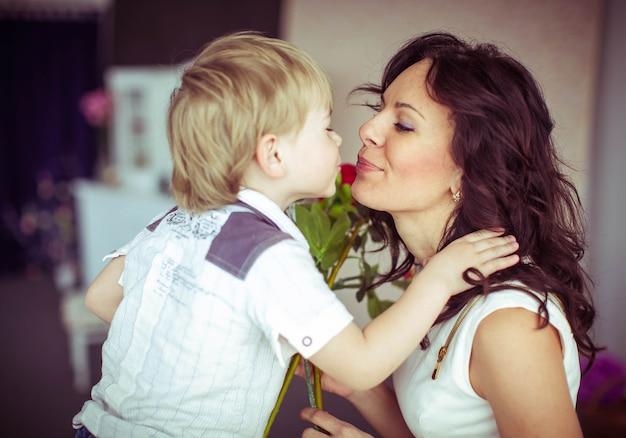 Binnenshuis mooie mama vrouwelijke witte