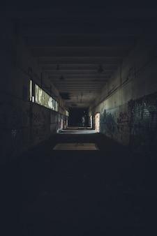 Binnenshuis schot van een oude verlaten faciliteit in een stad in de voorsteden