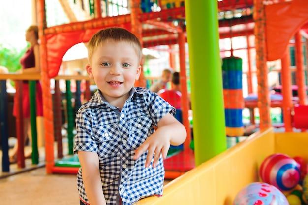 Binnenspeeltuin met kleurrijke plastic ballen voor kinderen