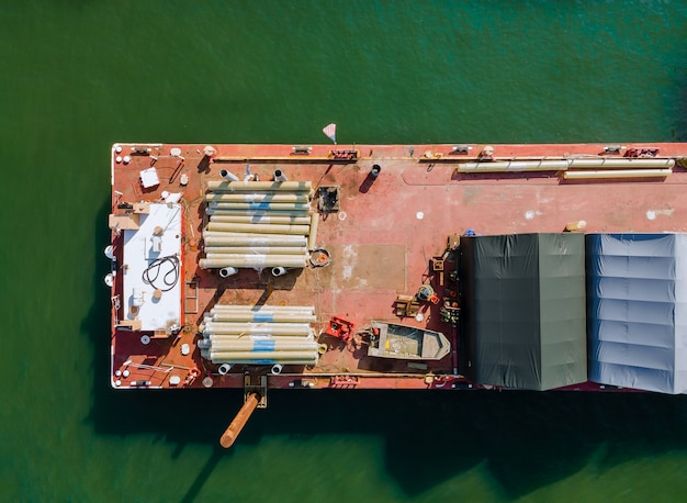 Binnenvaart op een bouwschip in de bouwpijpen en metalen constructies vrachtdoorgang van schepen en binnenschepen